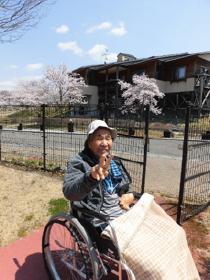 いいたてホームの桜の前で